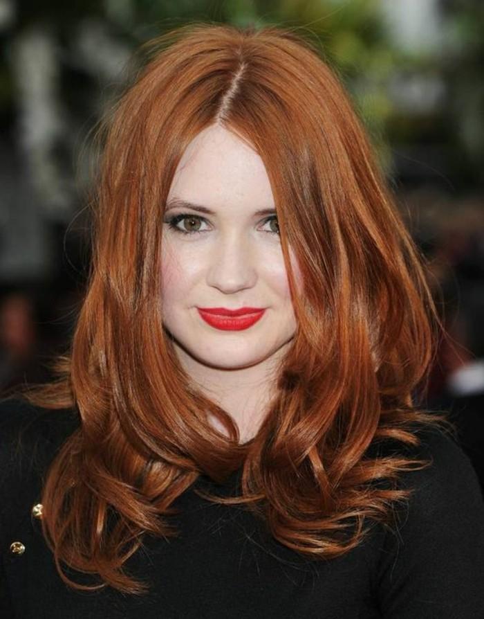 auburn coloration, jolie femme aux cheveux roux