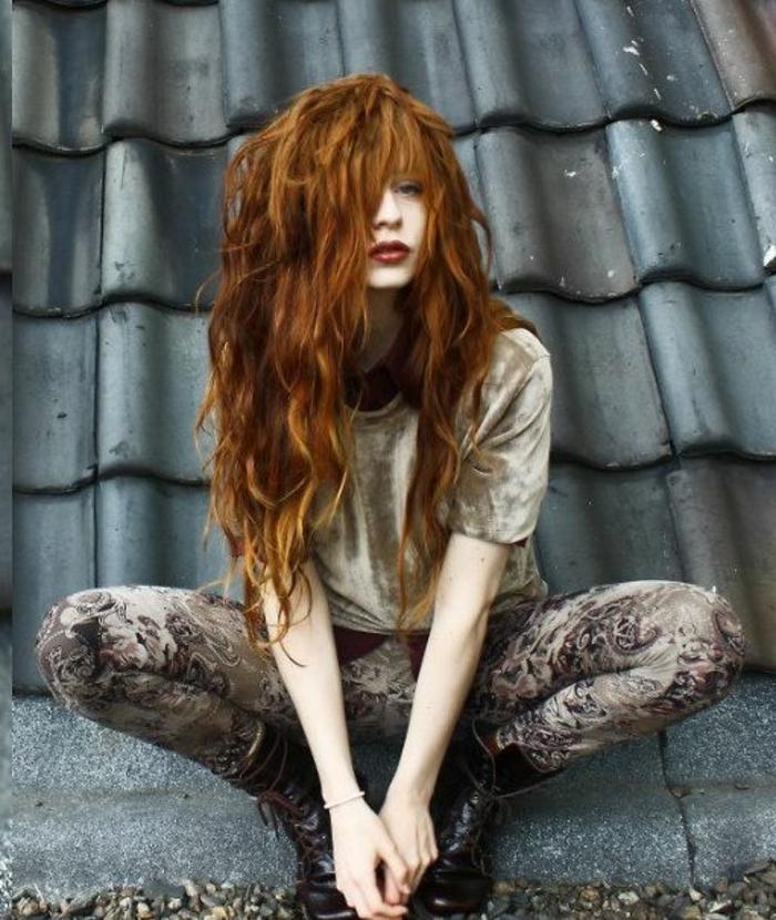 auburn colloration, coiffrure avec frange asymétrique, cheveux très longs