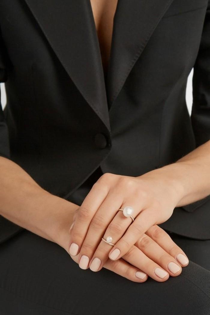 un anneau élégant orné de combinée avec une fine bague identique