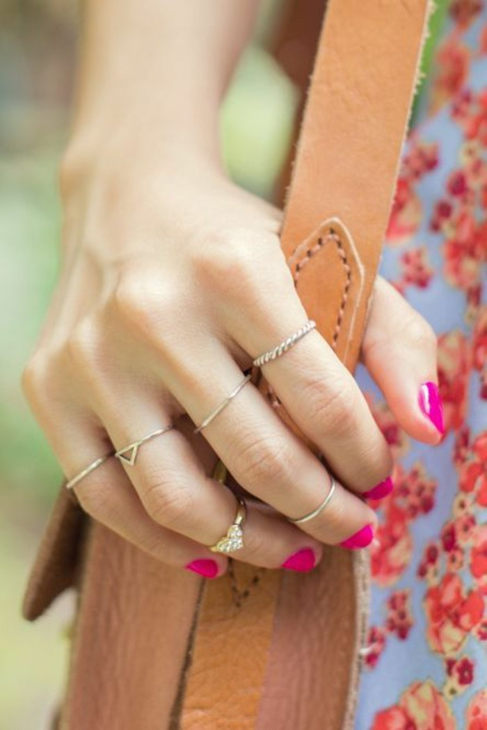 tendance accumulation de bagues fines, bague fantaisie cœur portée sur le bout du doigt