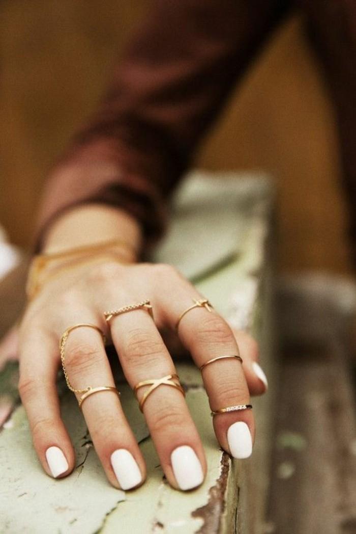bijoux de style minimaliste, une bague phalange ornée de chaîne fine