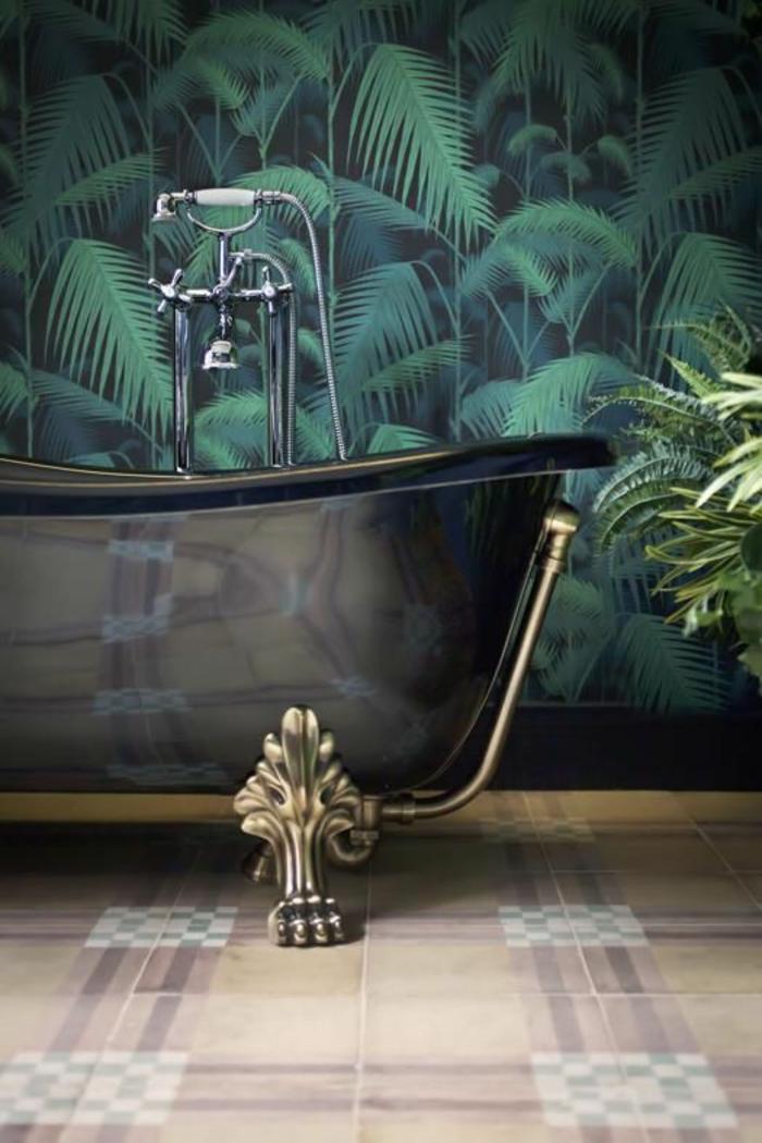 baignoire-noire-rétro-papier-peint-palmier-salle-de-bains