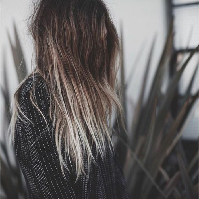 Balayage blond polaire sur cheveux brun - Tie and dye blond cheveux mi long ...