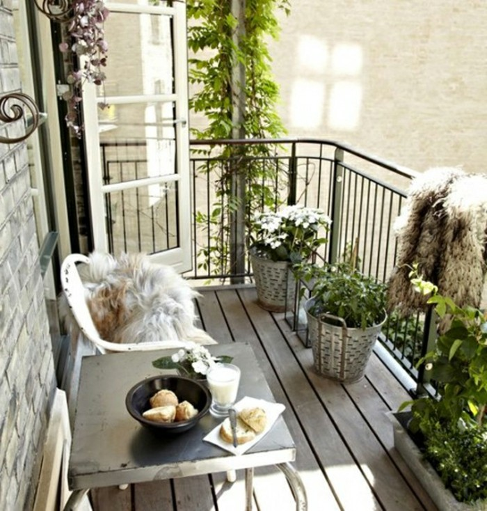 decoration jardiniere exterieure, sol en bois, table basse, shabby chic style, chaise blanche
