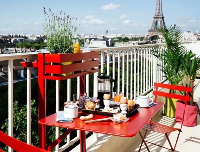 deco balcon, vue superbe, meubles multifonction, plantes vertes, table rouge, petit déjeuner