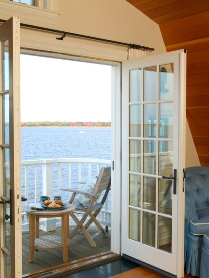 idee deco terrasse, table ronde en bois, petit déjeuner, vue sur la mer