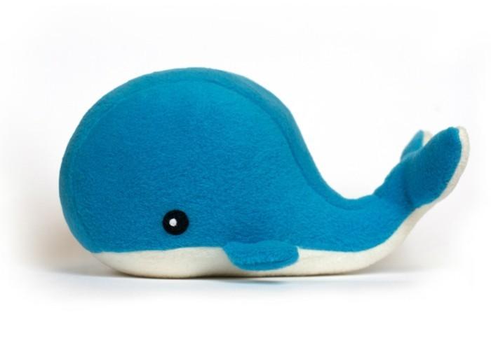 baleine-en-bleu-et-blanc-exemple-de-doudou-a-faire-soi-meme-personnalisé-patron-simple-douou-a-offrir-a-un-enfant