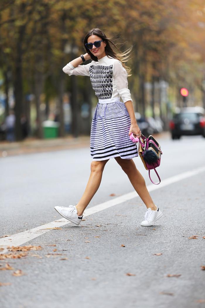 stan smith femme portées, jupe rayée en blanc et violette, sac à main rose, montre noire