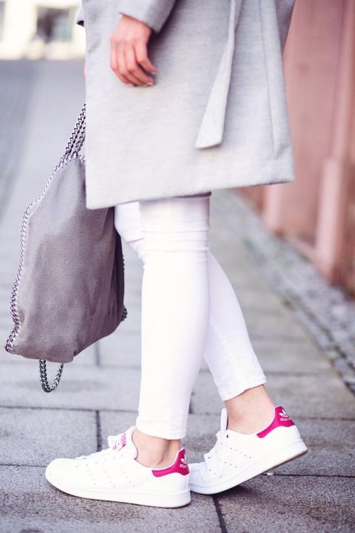 comment porter des stan smith, manteau long gris, pantalon blanc, sac à main gris, stan smith fille