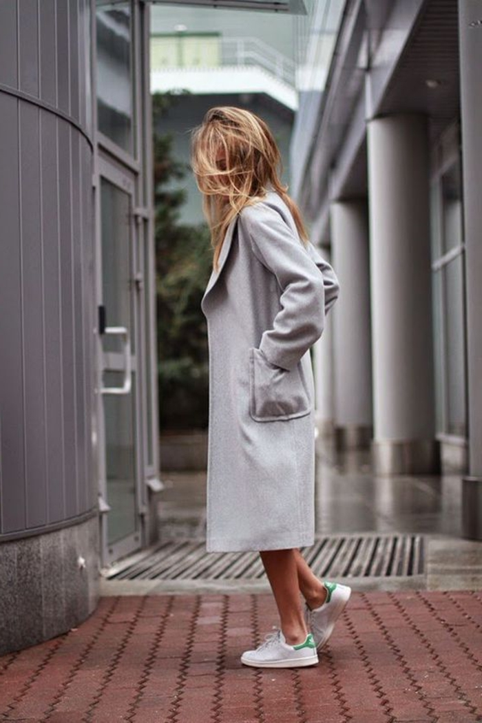 comment porter des stan smith, manteau long gris, cheveux blonds, basket chic femme