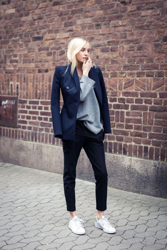 comment porter des stan smith, pantalon noir, veste bleu foncé, blouse grise, cheveux blonds, basket femme habillée
