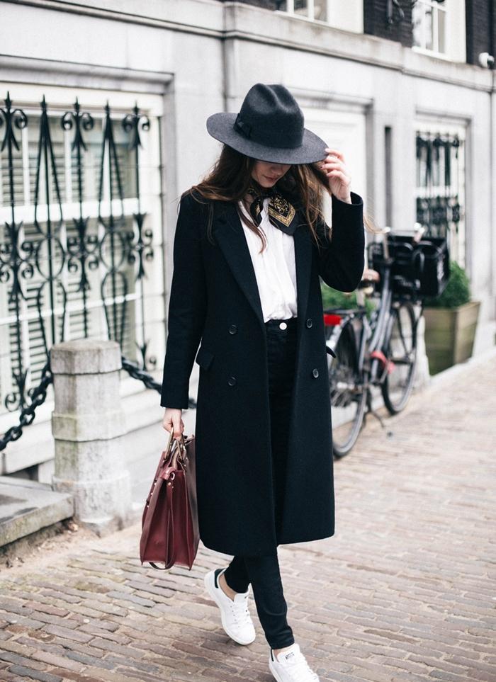 comment porter des stan smith, manteau long noir, chemise blanche, écharpe noir et or, sac à main en bordeaux