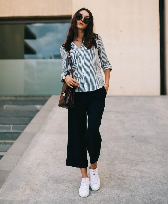comment porter des stan smith, pantalon noir, chemise rayée blanc et noir, lunettes de soleil noires