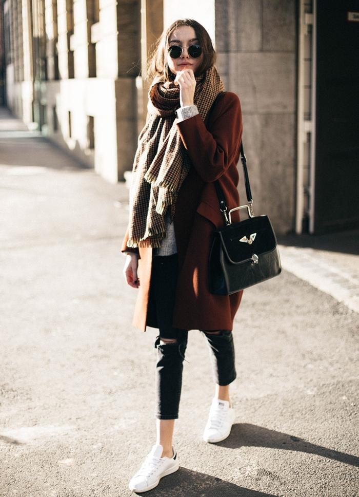 stan smith fille, pantalon noir déchiré, écharpe longue marron à franges, lunettes de soleil noires, manteau long