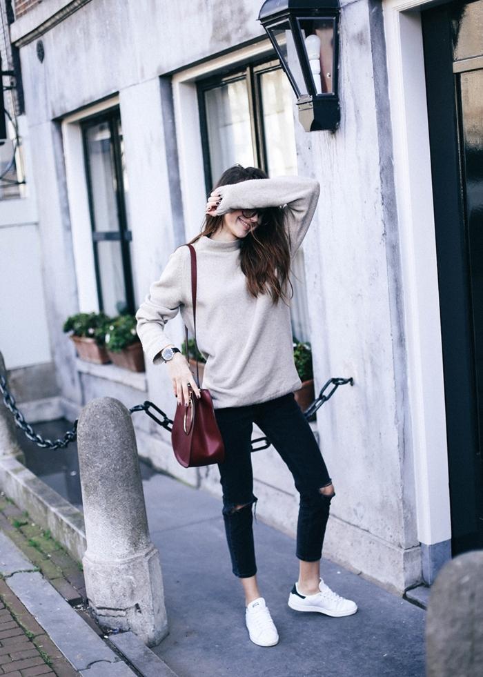 best sneakers bf478 0cae4 stan smith fille, blouse grise, sac à main en bordeaux, pantalon noir  déchiré