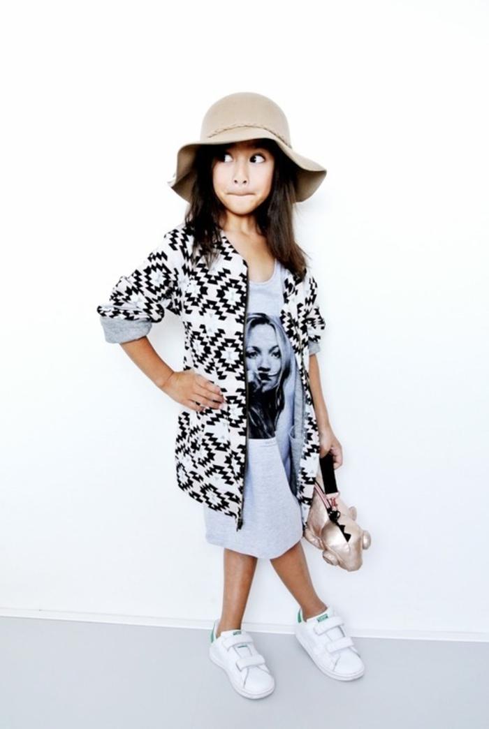 stan smith fille, chapeau beige, veste en blanc et noir, t-shirt gris, comment porter des stan smith, sac à main jouet