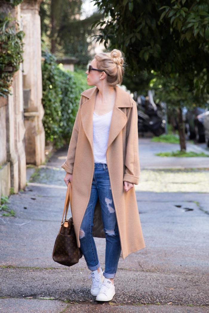 stan smith femme portées, paire de jeans déchirés, manteau long beige, sac à main marron, lunettes de solei