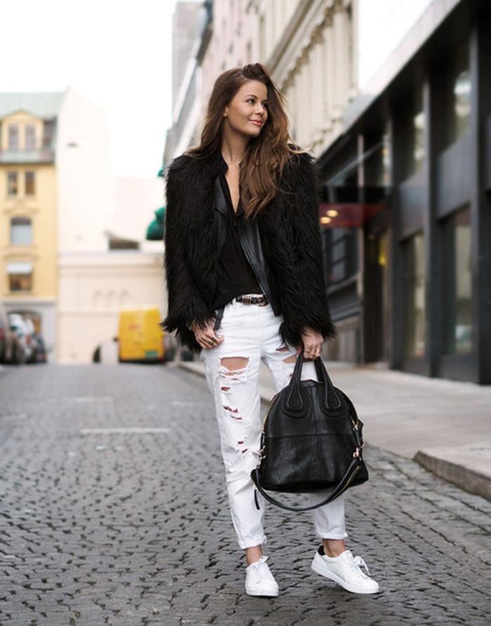 tenue avec stan smith, paire de jeans blancs déchirés, veste en fausse fourrure, chemise décolletée noire