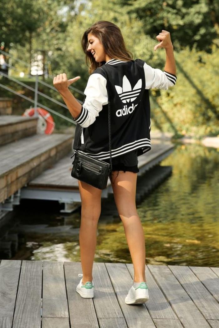 comment porter des stan smith, veste Adidas en blanc et noir, shorts noirs