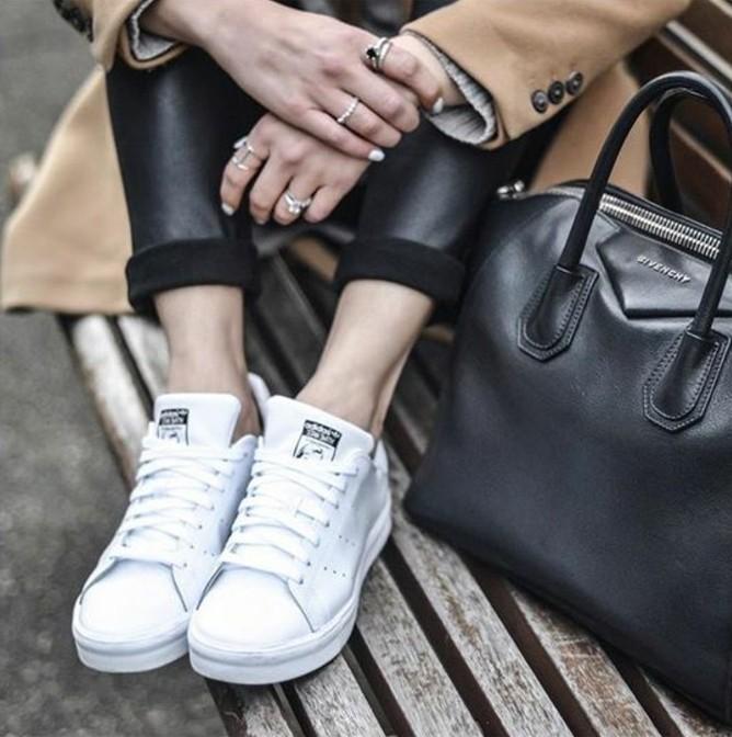 baskets-blancs-manteau-camel-pantalon-simili-cuir