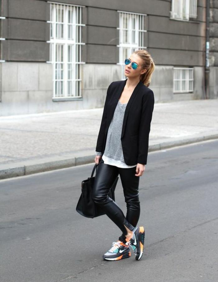 baskets-colorées-pantalon-en-cuir-femme-manteau-noir