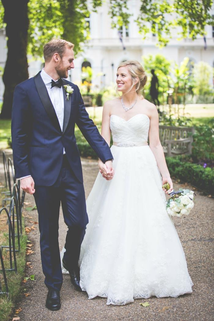 belle-couple-dentelle-robe-de-mariée-simple-très-jolie-pour-mariage-stylé-belle-photo
