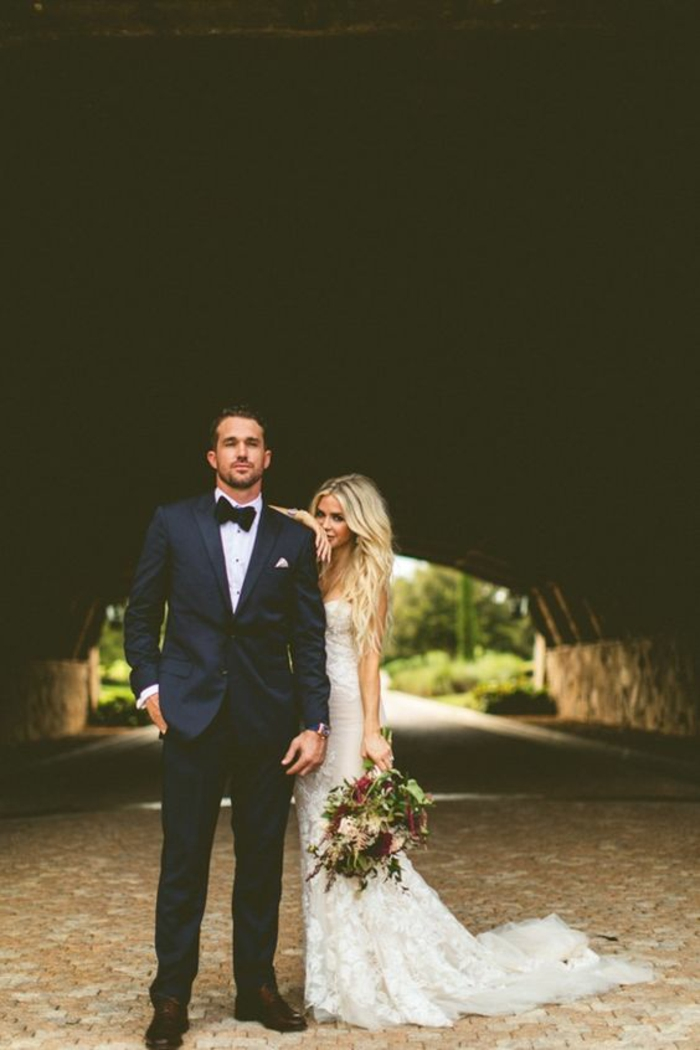 belle-couple-dentelle-robe-de-mariée-simple-très-jolie-pour-mariage-stylé-celebres