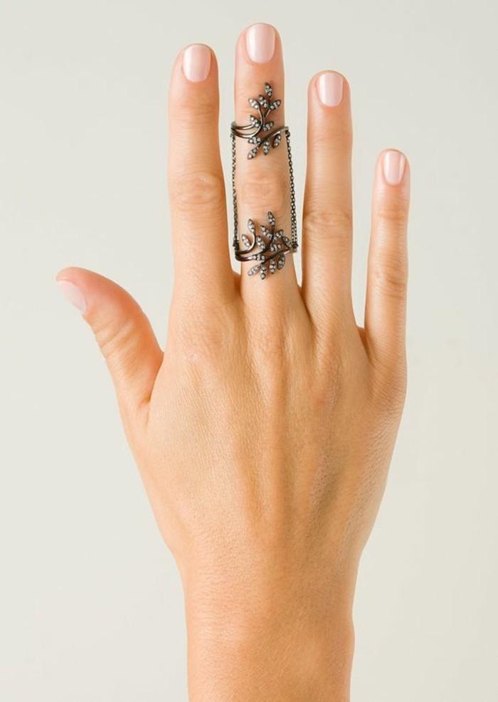 une grosse bague à motif floral sertie de pierres, bagues reliées par une chaîne fine, bijou de main etnique