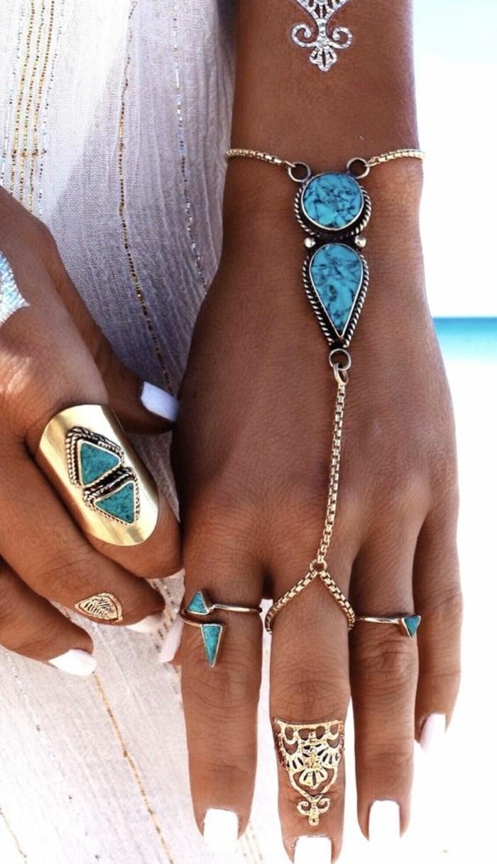 des bijoux ethniques pour un style bohème chic, un bracelet-bague orné de chaîne