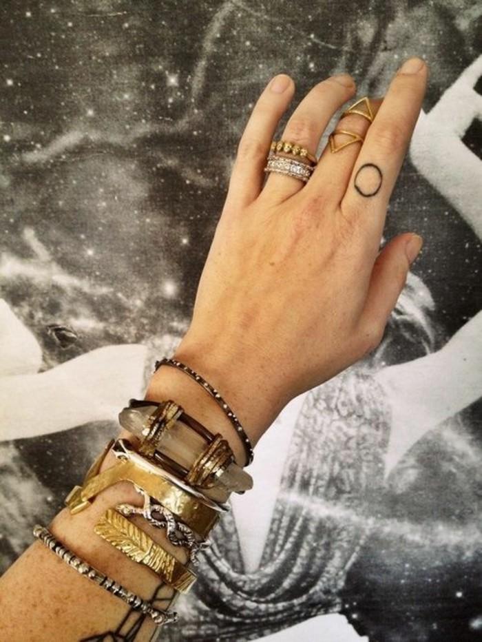une bague phalange triangle combinée avec des bijoux ethniques de style bohème