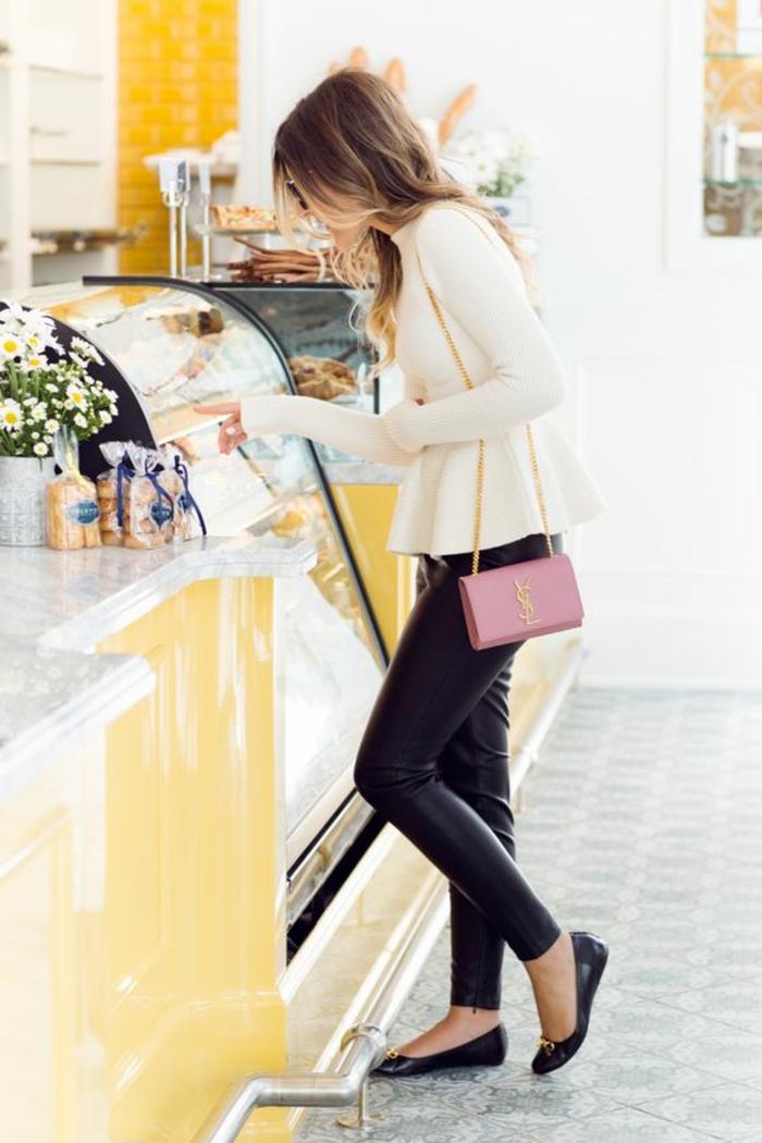 blouse-élégante-legging-en-cuir-petit-sac-bandoulière