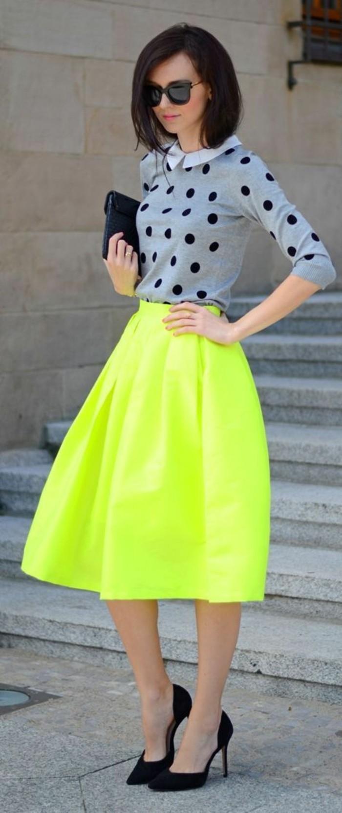 blouse-col-claudine-à-pois-escarpins-noires-jupe-jaune-fluo