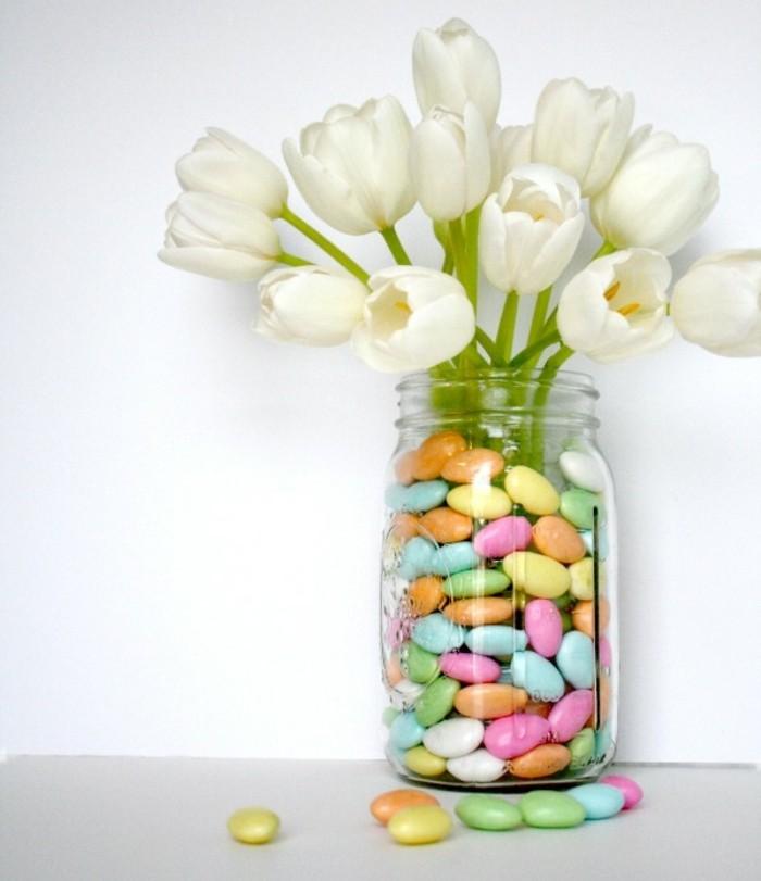 bocal-en-verre-rempli-de-galets-colorés-et-de-tulipes-blanches-idée-activité-manuelle-printemps-pour-décorer-sa-maison
