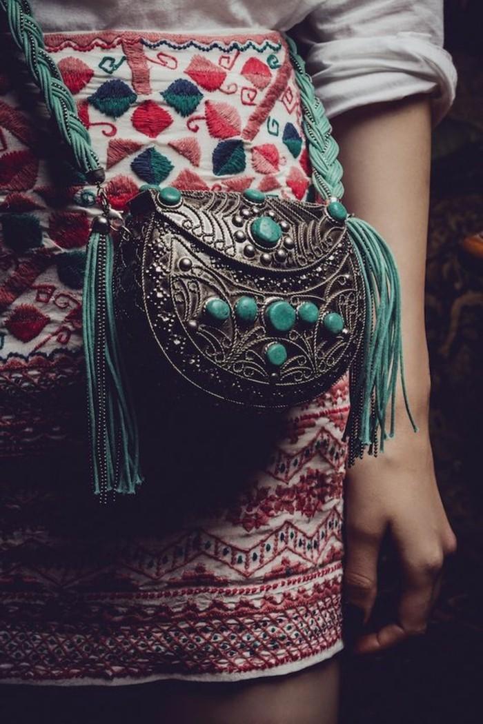 bohème chic, petit sac en métal et aux pierres incrustées bleues