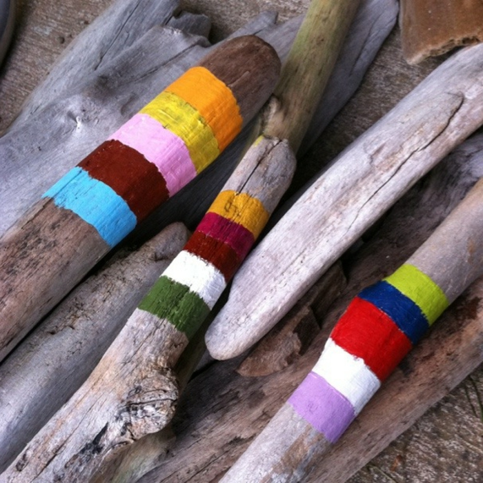 bois flotté déco, rayures colorés sur bâtons de bois flotté