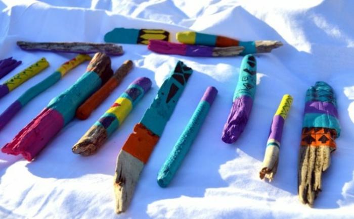 bois flotté déco, bois coloré en bleu, lilas et orange