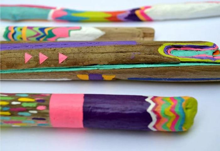 bois flotté peint en couleurs festives néons - rose, bleu, jaune et lilas