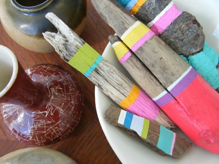 bois flotté peint, créer des bâtons décoratifs à partir de bois trouvé à la plage