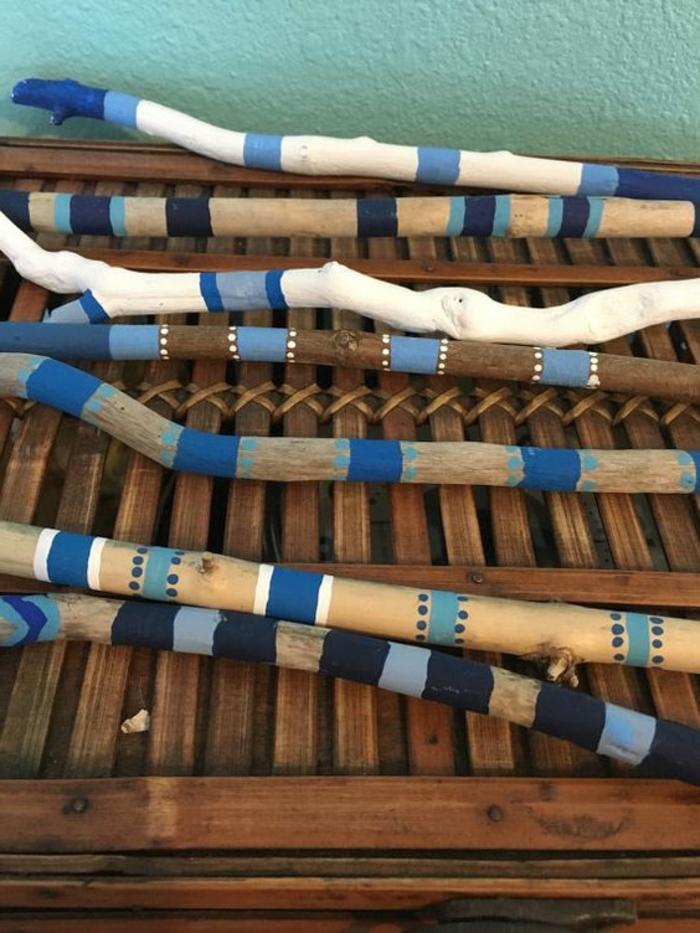 bois flotté peint, bâtons en blanc et bleu