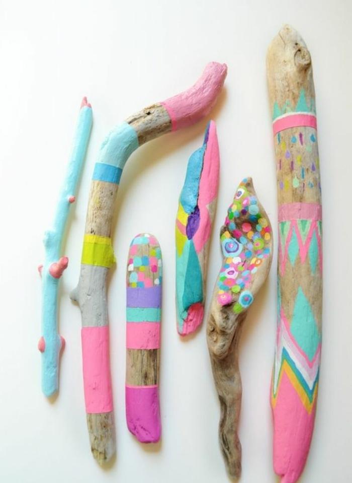 bois flotté peint, bâtons en rose, jaune et turquoise