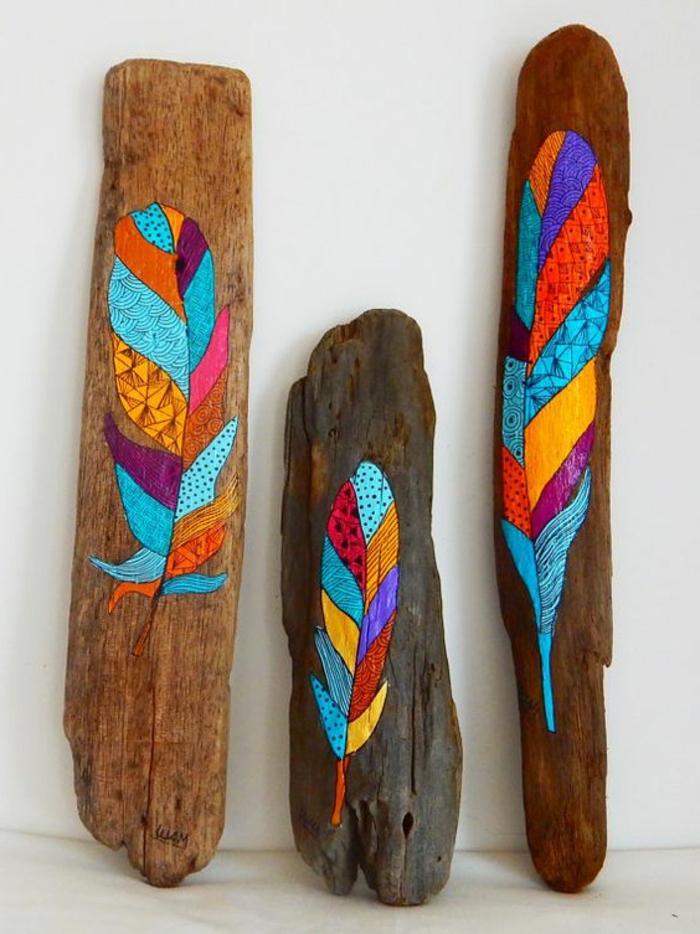bois flotté peint, peintures plumes bariolées sur le bois flotté