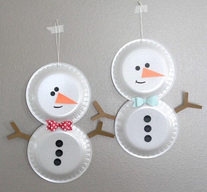 bonhomme de neige en assiette en plastique, des noeuds de papillon, des boutons noirs et nez triangle orange