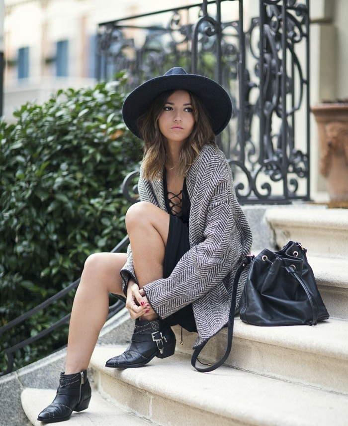 comment porter des bottines, manucure rouge, veste gris et noir