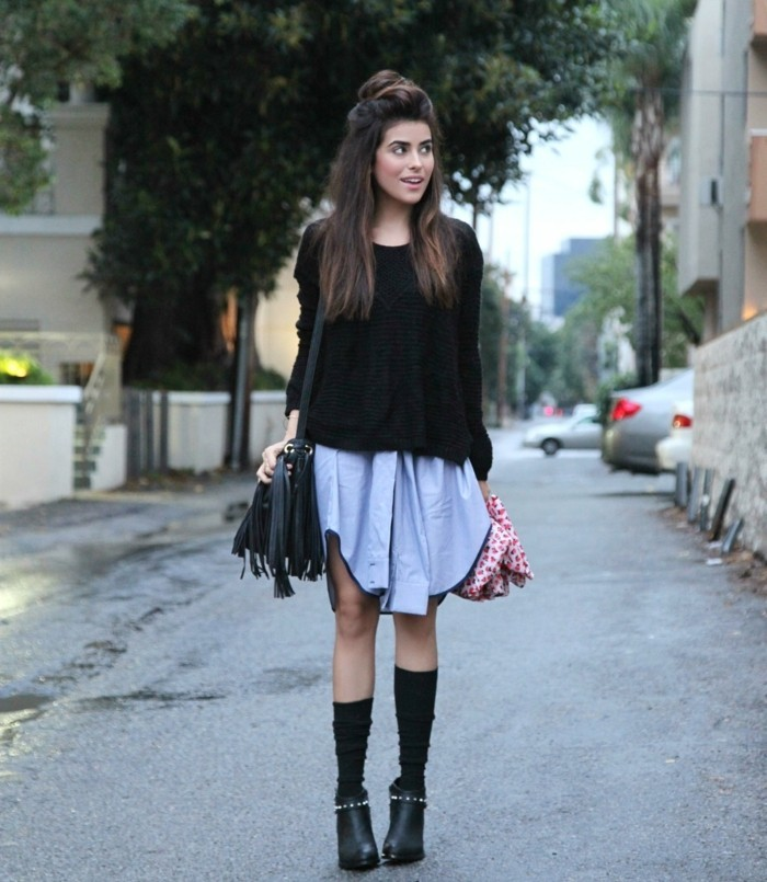 femmes en bottes et jupes, coiffure demi chignon, blouse noire, sac à main à franges