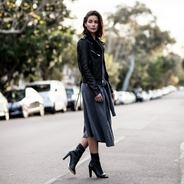 femmes en bottes et jupes, veste en cuir noir, robe grise, coiffure coupe carré