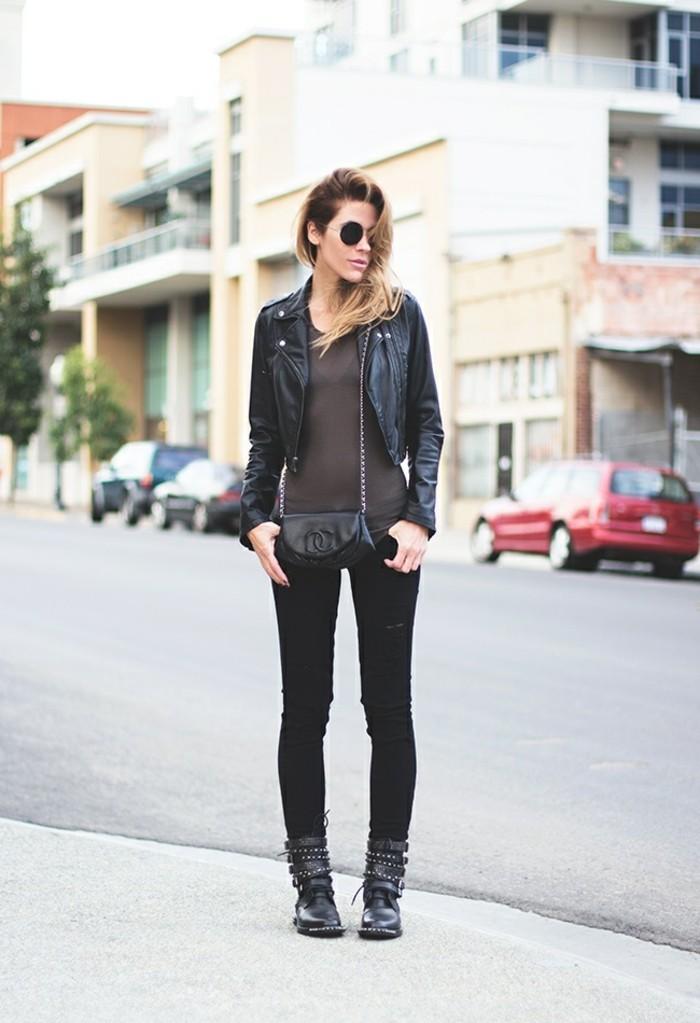 tenue jean noir, lunettes de soleil, veste en cuir, blouse foncée, pochette noire
