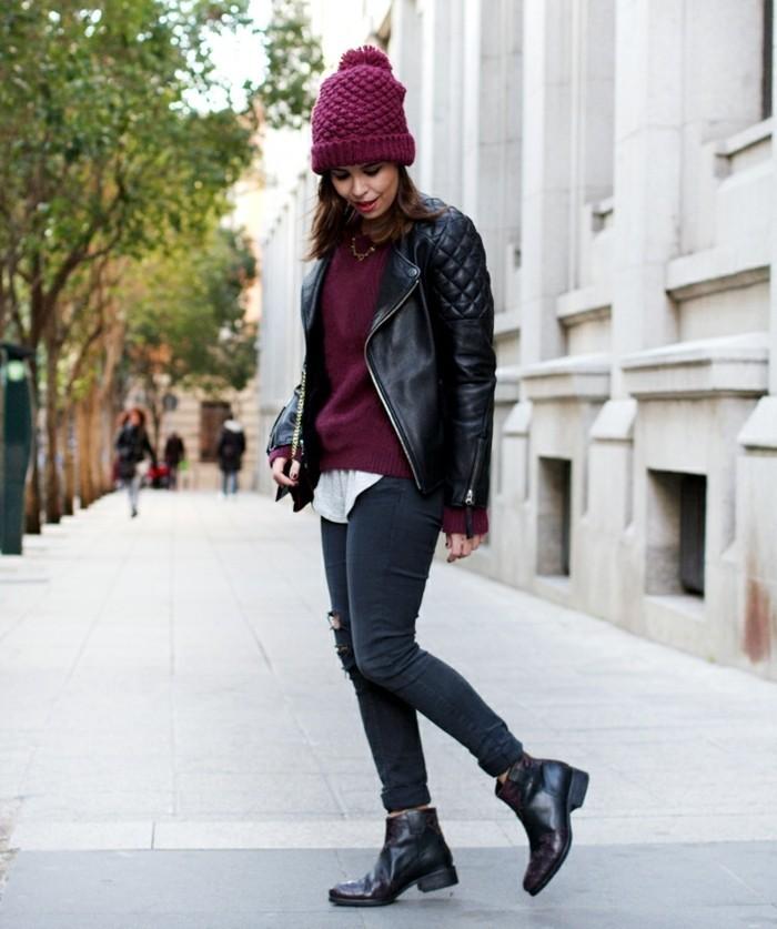 bottines jean, bonnet, pull over bordeaux, veste en cuir, collier, chemise blanche, manucure noire