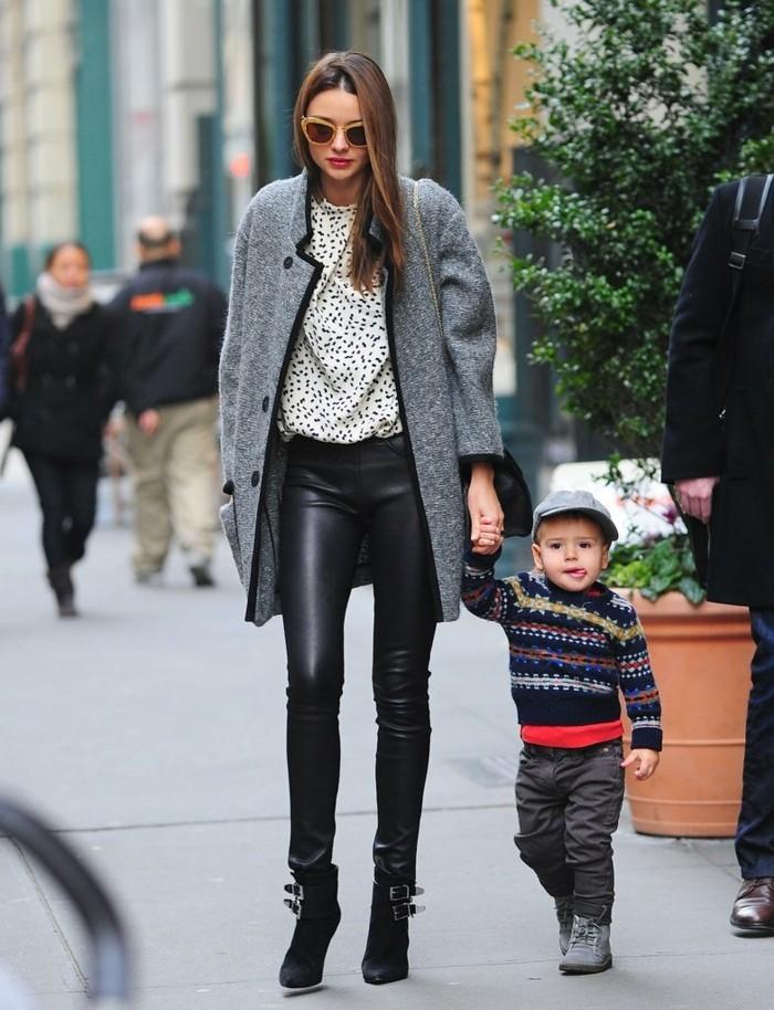 tenue avec bottines, pantalon noir en cuir, veste grise, chemise blanche, lunettes de soleil