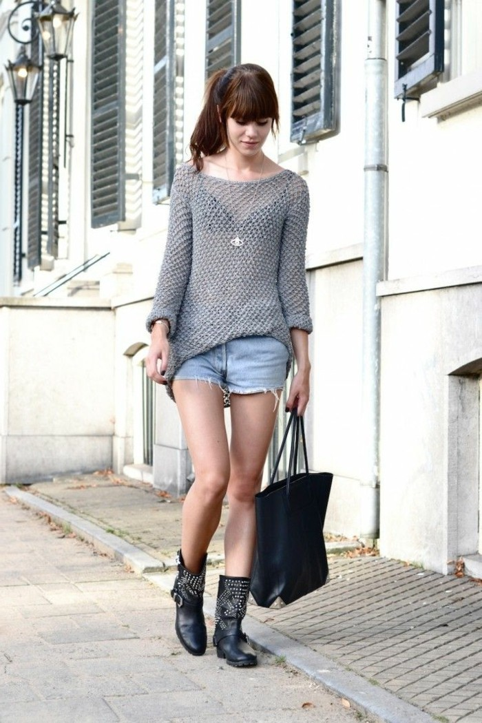 tenue jean noir, paire de shorts en denim, sac à main en cuir noir