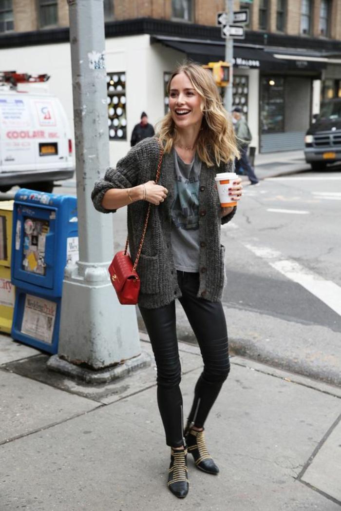 bottines-cloutées-pantalon-en-cuir-femme-gilet-gris-t-shirt-imprimé